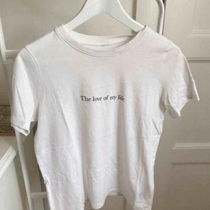 T-shirt i storlek S från ginatricot, bortklippta papper eftersom de syntes igenom. Använd några gånger, men fint skick. Med frakt blir totalkostnaden 80kr.