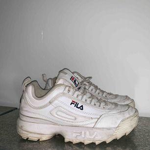 Skor från Fila i använt skick. Går dock att skrubba/tvätta dom ganska mycket renare.