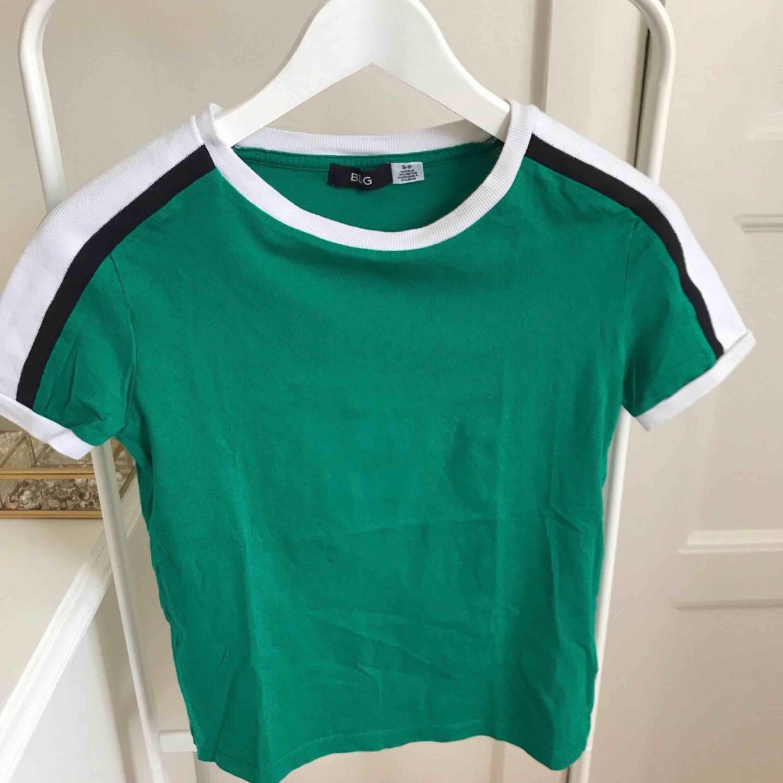 Fin grön t-shirt, en aning kortare modell i storlek XS/S. Köpt på Urban Outfitters i Köpenhamn för ca 300 kr. Knappt använd. För fler bilder kontakta mig. . T-shirts.