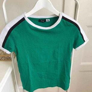 Fin grön t-shirt, en aning kortare modell i storlek XS/S. Köpt på Urban Outfitters i Köpenhamn. Knappt använd. För fler bilder kontakta mig.
