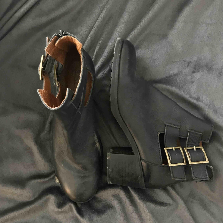Svarta boots/kängor med klack. Supersnygga men används aldrig av mig. Görs rent innan säljning såklart!. Skor.