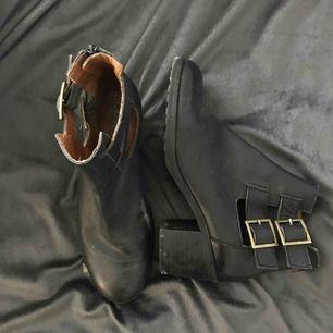 Svarta boots/kängor med klack. Supersnygga men används aldrig av mig. Görs rent innan säljning såklart!