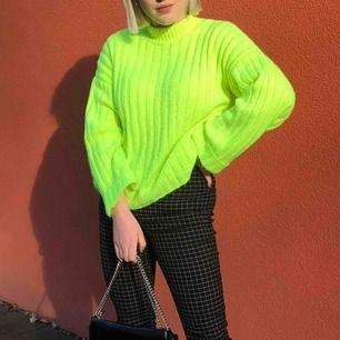 En neongrön tröja, stickad från new yorker, skit cool
