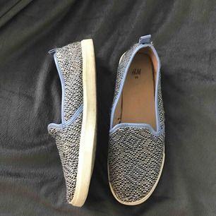 Jättefina skor från H&M i ett ljusblått/vitt aztec mönster.