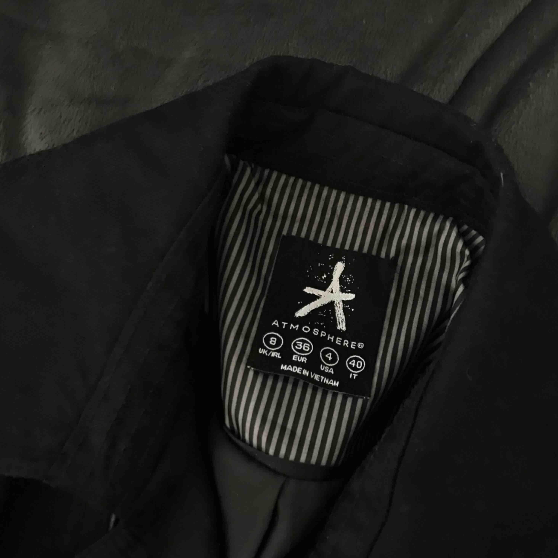 Superfin svart kappa i ett tunnare material från Atmosphere. . Jackor.