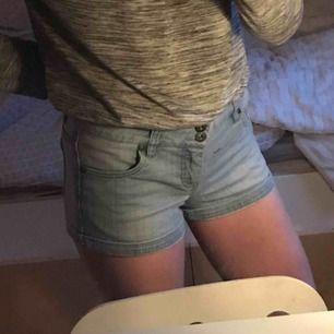 Ett par super snygga jeansshorts från Only. I strl W27. Om man inte vill visa lika mycket så kan man även vika ner kanten som ni ser på bilden😊, 50kr  Köpare står för ev. Frakt