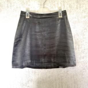 Silvrig kjol använd 1 gång! Superfin men lite liten på mig som är mer en Medium.  Storlek 38/s från asos!