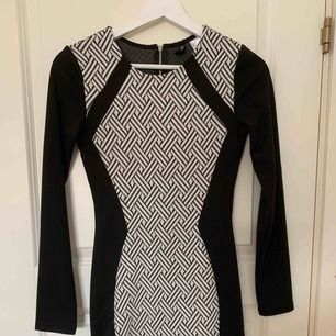 En tajt klänning ifrån H&M!  Säljer pga får ingen användning för den.  Om det behövs frakt så står köparen för fraktkostnaden!  Priset kan diskuteras😊
