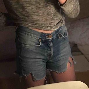 Ett par snygga jeansshorts från Crocker med slitningar. I strl 25/32. 40kr   Köpare står för ev. frakt