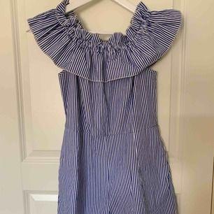 En vit och blå randig jumpsuit!  Passar perfekt till t.ex skolavslutning😊  Säljer pga använder ej!  Om det behövs frakt står köparen för fraktkostnaden!  Priset kan diskuteras.