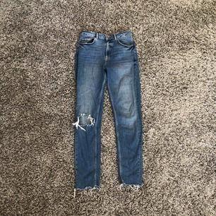 Assköna jeans,raka nertill med hål på knät