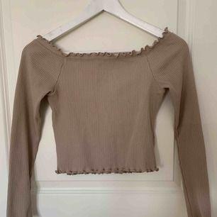 En fin off shoulder och magtröja i färgen beige!  Säljer pga använder ej!  Om det behövs frakt står köparen för kostnaden!  😊