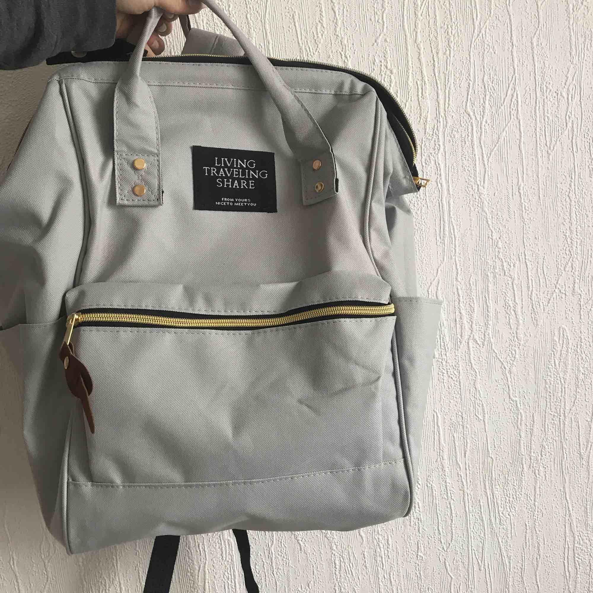 Väska som kan användas som både ryggsäck eller hålla i handtagen bara. Använd en gång!. Väskor.