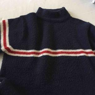 supersnygg, bekväm stickad tröja i tommy hilfiger stil! den är i nyskick. nypris : 400? kr