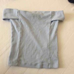 Baby blå off shoulder tröja. snyggare på så kontakta mig gärna om ni vill se bild på! den har några små fläckar som jag tror kan gå bort med något medel men därav det billiga priset.