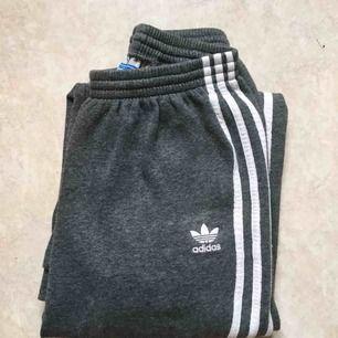 Edit: Många som skrev samtidigt så det blir bud!   Adidas mjukisbyxor!!🔥 Storlek 152, passar Xs/S om man är kortare än ca 165.  Tyvär för korta för mig.. Fint skick, köpare står för frakten 🍒
