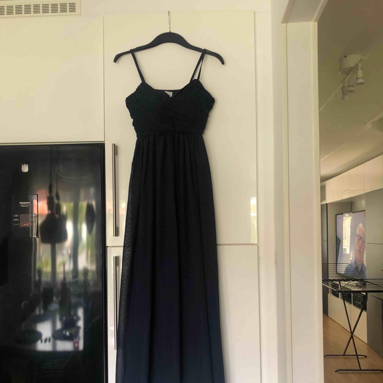 Säljer en jättefin balklänning i färgen Marinblå. Jättefina detaljer. Endast använd vid ett tillfälle. Köpt från Nelly förra året. . Klänningar.