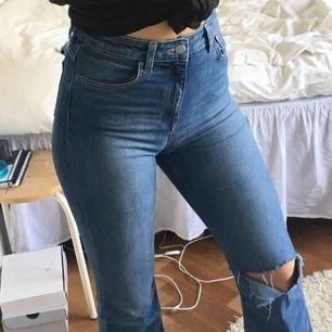 Stretchiga flare jeans från H&M! Storlek 38 men passar mig som vanligtvis har xs-s i byxor🦋