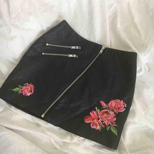 Söt skin kjol, använd 1 gång så bra skick! Har ej swish så kan bara ta emot kontanter, möts upp inom stockholm eller hämtas i vällingby🌸
