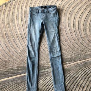 Köpta för 600kr säljs pga av ingen användning av ljusa byxor längre Passa mig perfekt och jag är 165