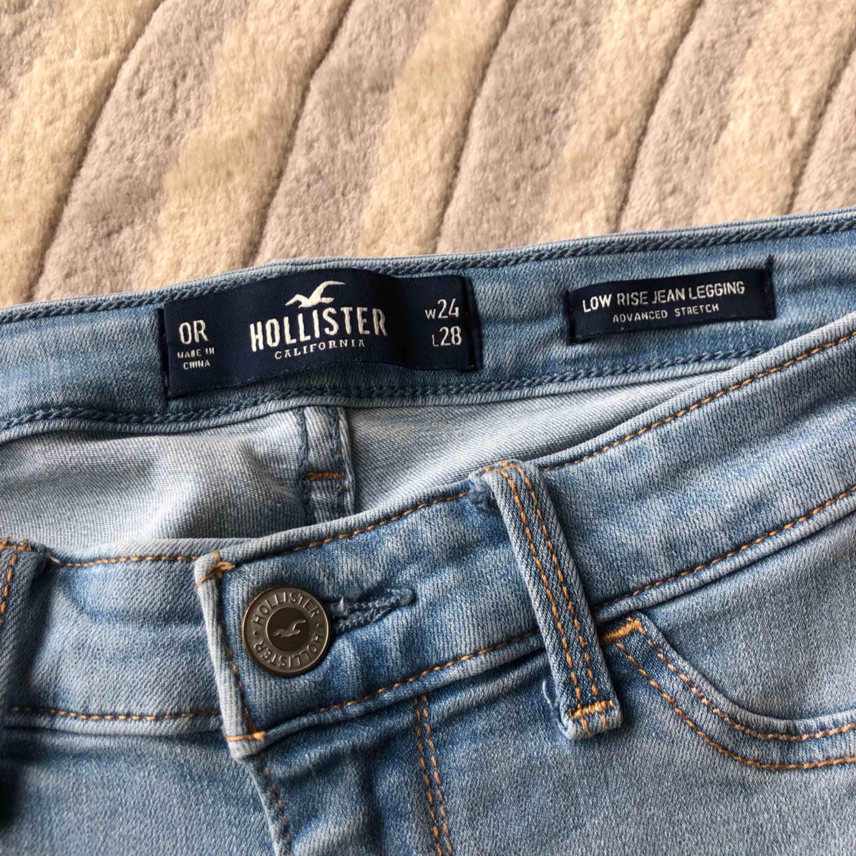Köpta för 600kr säljs pga av ingen användning av ljusa byxor längre Passa mig perfekt och jag är 165 Inklusive frakt 45kr. Jeans & Byxor.
