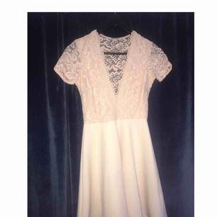 Säljer en jätte fin klänning, kanske till skolavslutningen eller nått🌸 de snyggaste är ju att ryggen har ej tecknade spets vilket e jättefint,💕