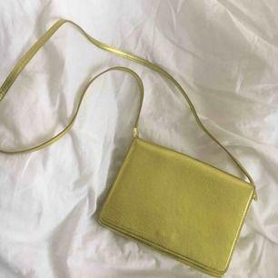 Grön väska från H&M Helt oanvänd! Har ej swish så kan bara ta emot kontanter, möts upp inom stockholm eller hämtas i vällingby🌼🌼