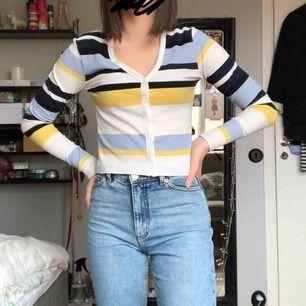 Superfin randig tröja från bikbok, Den är lite kortare i modellen & i ett ribbat material Använd ett fåtal gånger & i är i superbra skick. Frakt tillkommer :)