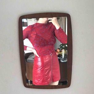 Röd glansig kjol, köpt här på Plick men aldrig använd pga inte riktigt min stil! Men den e superfin 🌹
