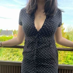 En söt svart och vit klänning med fickor, perfekt för sommaren!🌸