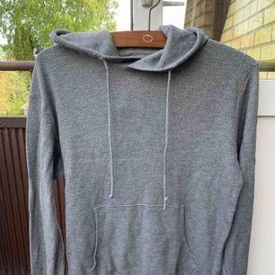 En mysig grå hoodie med ekologisk bomull.