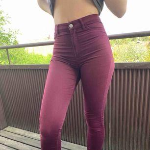 Ett par snygga vinröda jeans i storlek 34