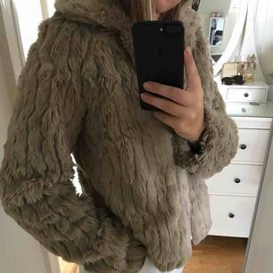 En beige fake-päls jacka ifrån Vila. Använd 2 gånger! Den är väldigt len, mjuk och varm