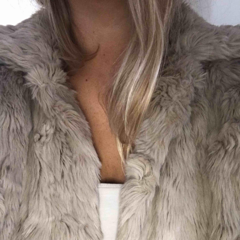 En beige fake-päls jacka ifrån Vila. Använd 2 gånger! Den är väldigt len, mjuk och varm. Jackor.