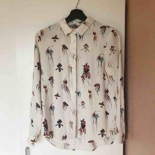 Mönstrad blus från H&M Täckta knappar Strl 38 Material: 100% polyester