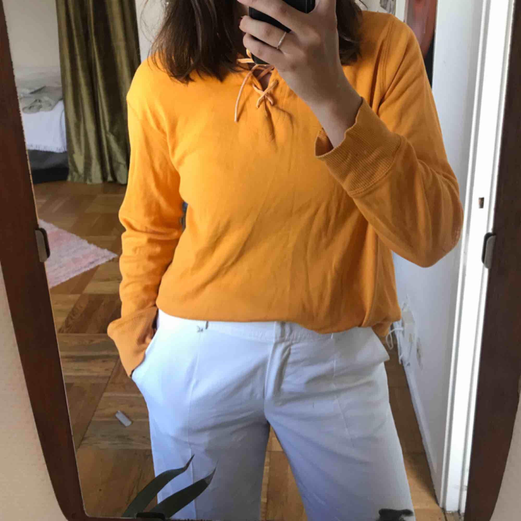 Orange hoodie med snörning där fram 🌹 superfin på sommaren 🌹rätt tunn! . Huvtröjor & Träningströjor.