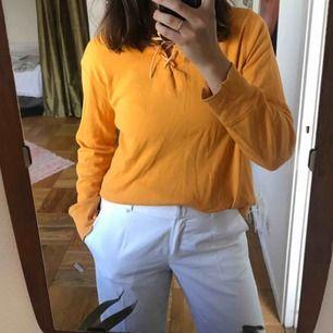 Orange hoodie med snörning där fram 🌹 superfin på sommaren 🌹rätt tunn!