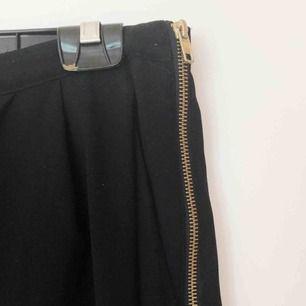 Svarta kostymbyxor från Lindex Strl 40 Dragkedja i sidan Jättesnygga på! Säljes pga för små.