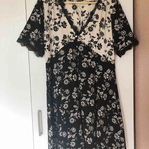 Mönstrad klänning från Urban Outfitters Strl L (men mer som en M skulle jag säga) Material: 98% polyester 2% elastan Har en dold dragkedja i sidan. Ej stretch.