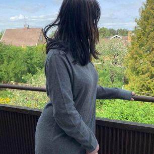 En tunn grå luvtröja/hoodie