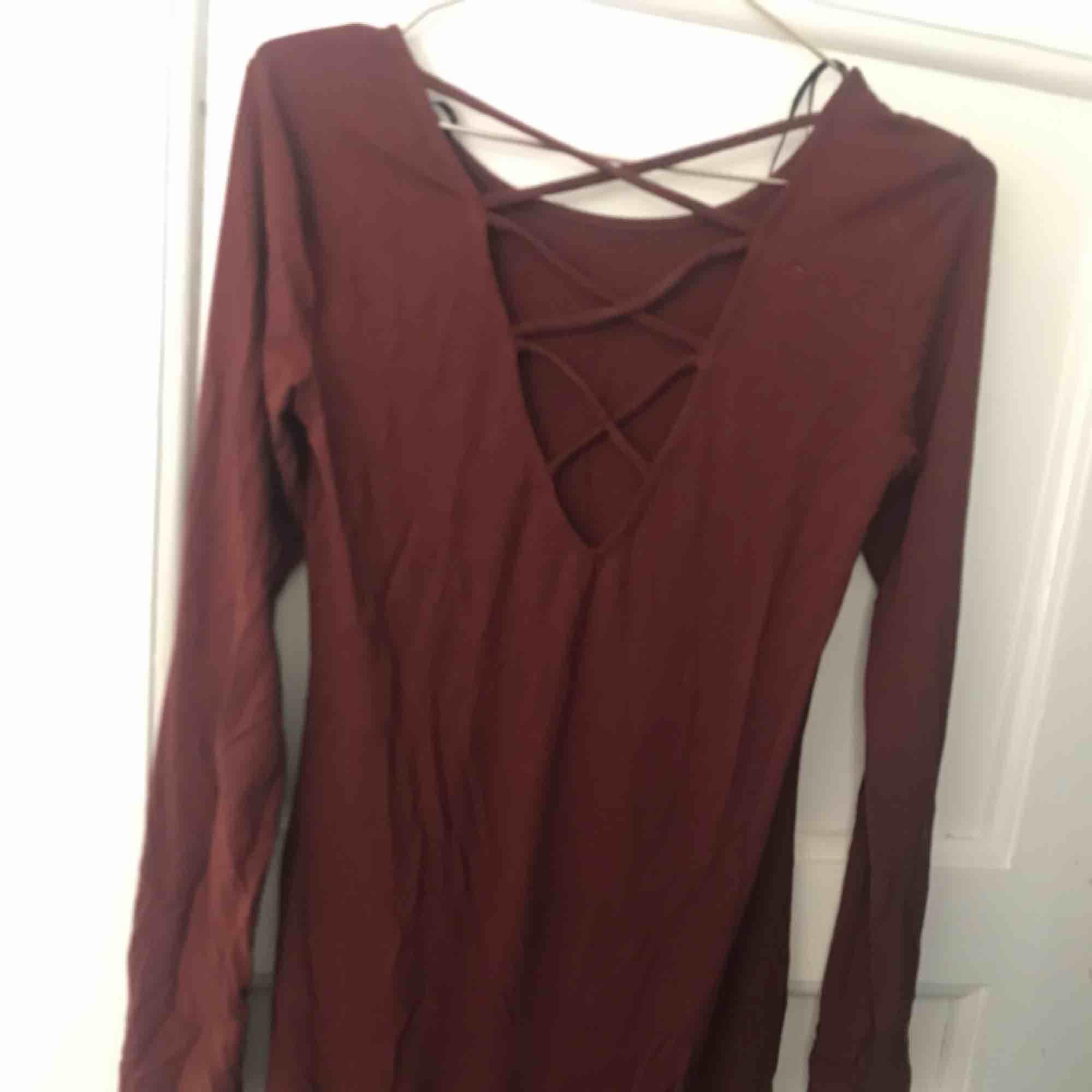 Fin långklänning med snörning i ryggen🌸🌸 vinröd. Klänningar.