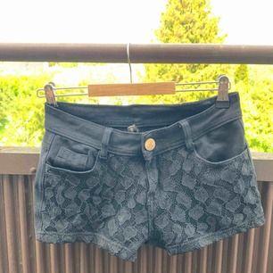 Fina svarta shorts med spets i fram.