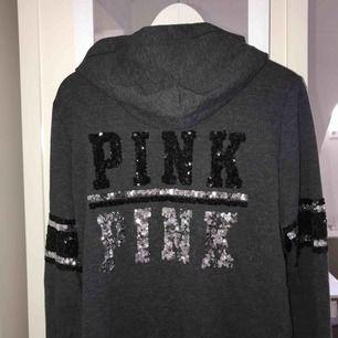 Grå hoodie med paljetter som detaljer. Den är knappt använd och är ifrån märket PINK- Victorias secret