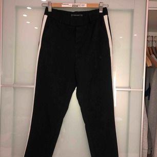 Svarta kostymbyxor med vit rand från Zara. I bra skick men kommer inte till användning. Köparen står för frakt, kan även mötas upp i centrala Stockholm