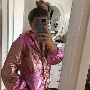En rosa/koppar färgad tunn jacka som är helt oanvänd!