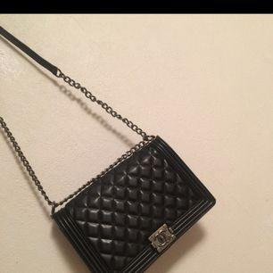Jättefin Chanel väska ,inte äkta men riktigt bra kopia , Inte mycket används، väska i väldigt bra skick . Kan mötas upp i Malmö📍