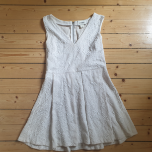 En vit spetsklänning med v-rigning ifrån Monki. Passar perfekt till skolavslutning eller student! Endast använd en gång.   Köparen står för frakten!