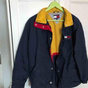 Vintage Tommy hilfiger-jacka! Bra skick! Köparen står för frakt, endast swish 🌱