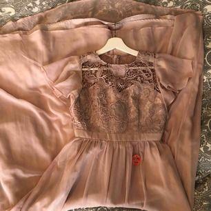 Helt ny oanvänd (endast provad) klänning från chi chi London. Passar perfekt till bal, bröllop eller fest! Storlek uk 10/eu 36. Puderrosa färg 🌸 Köparen står för frakt, endast swish! 🌱