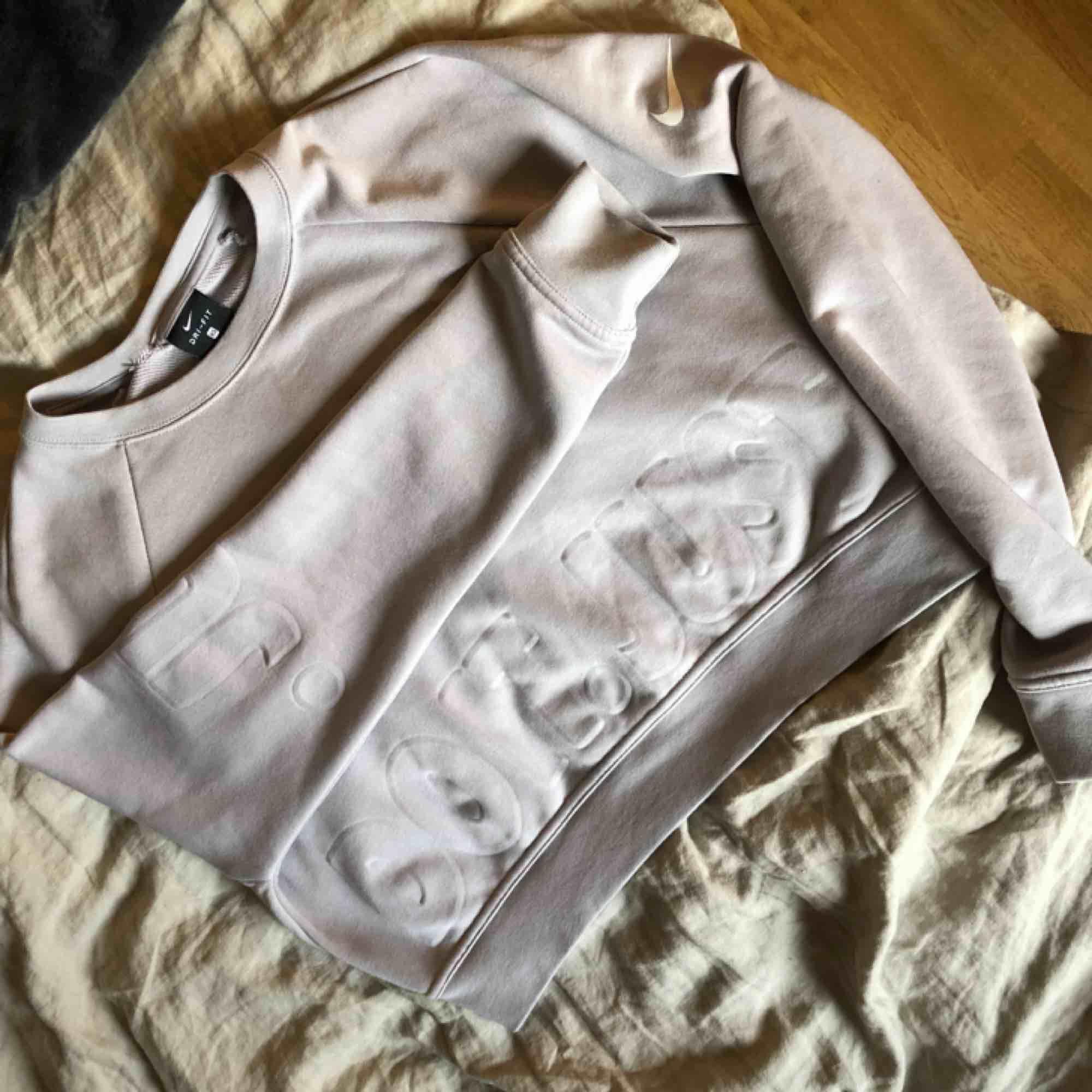 Säljer min Nike tröja/sweatshirt i fint skick. Rätt så kort i modellen. Jätteskön och mjuk är den:) hör av er om frågor 😊. Huvtröjor & Träningströjor.